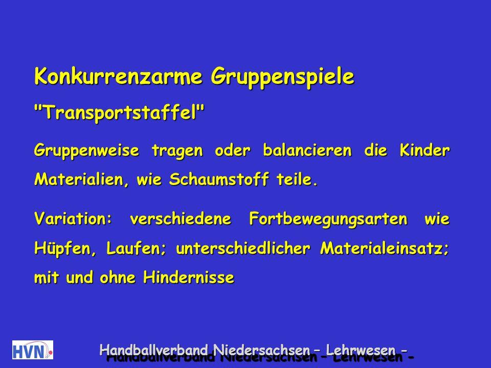 Handballverband Niedersachsen – Lehrwesen - Gemeinsames Aufstehen In Gruppen sitzen die Kinder Schulter an Schulter, mit den Armen untergehakt und mit dem Gesicht nach außen, in einem Kreis.