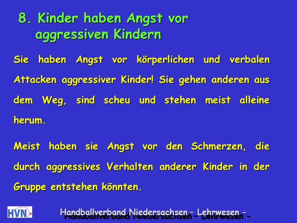 Handballverband Niedersachsen – Lehrwesen - Spiele, bei denen Übungsleiter mitspielen Spiegel Ein Kind und der Übungsleiter spielen zusammen.