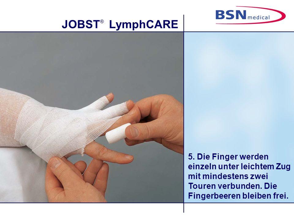 JOBST ® LymphCARE 6. Jeder Fingerverband wird mit einer Haltetour am Handrücken gesichert.