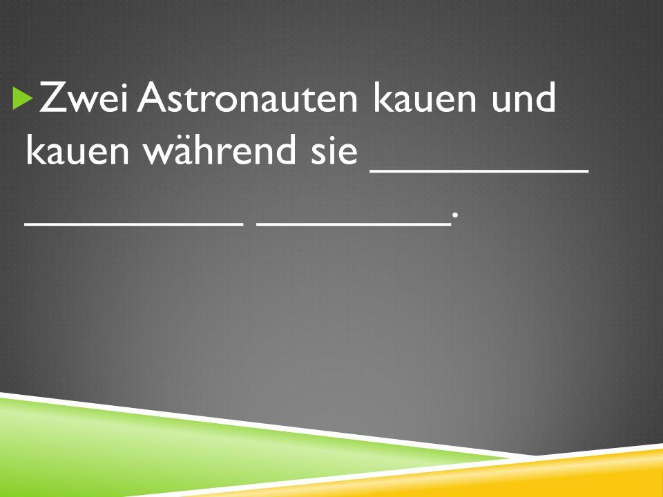 Zwei Astronauten kauen und kauen während sie _________ _________ ________.