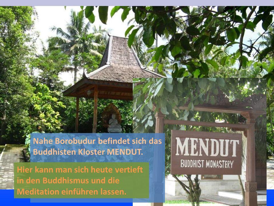 Nahe Borobudur befindet sich das Buddhisten Kloster MENDUT. Hier kann man sich heute vertieft in den Buddhismus und die Meditation einführen lassen.