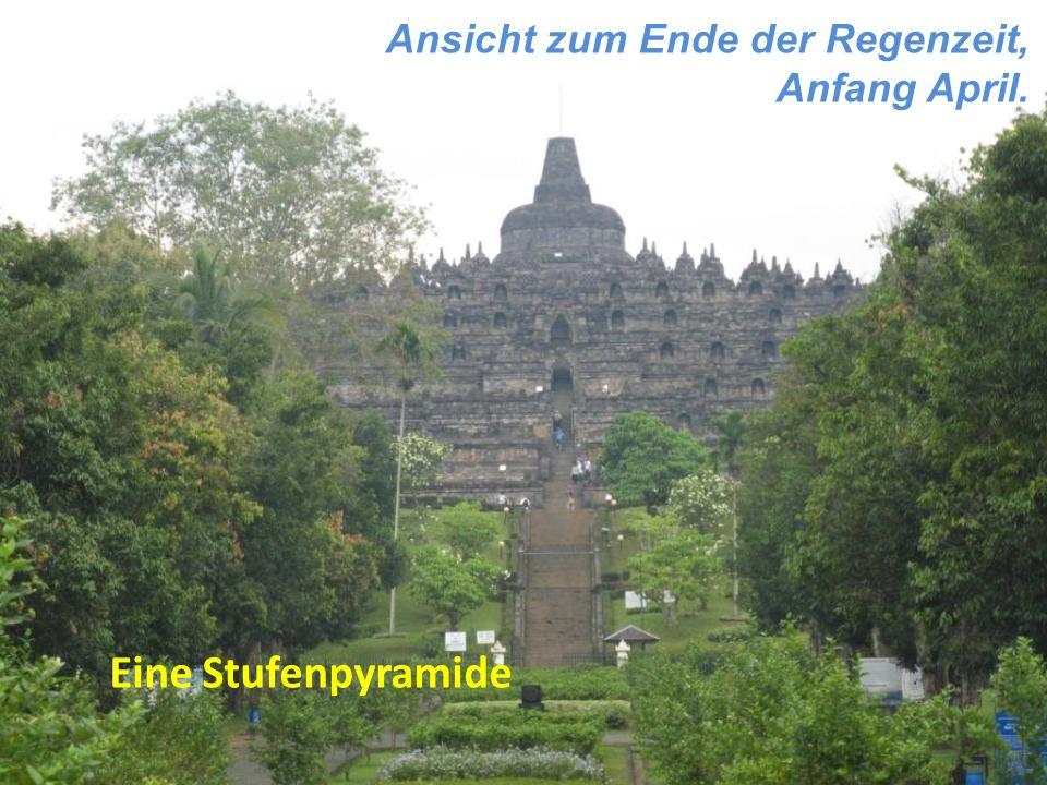 Ansicht zum Ende der Regenzeit, Anfang April. Eine Stufenpyramide