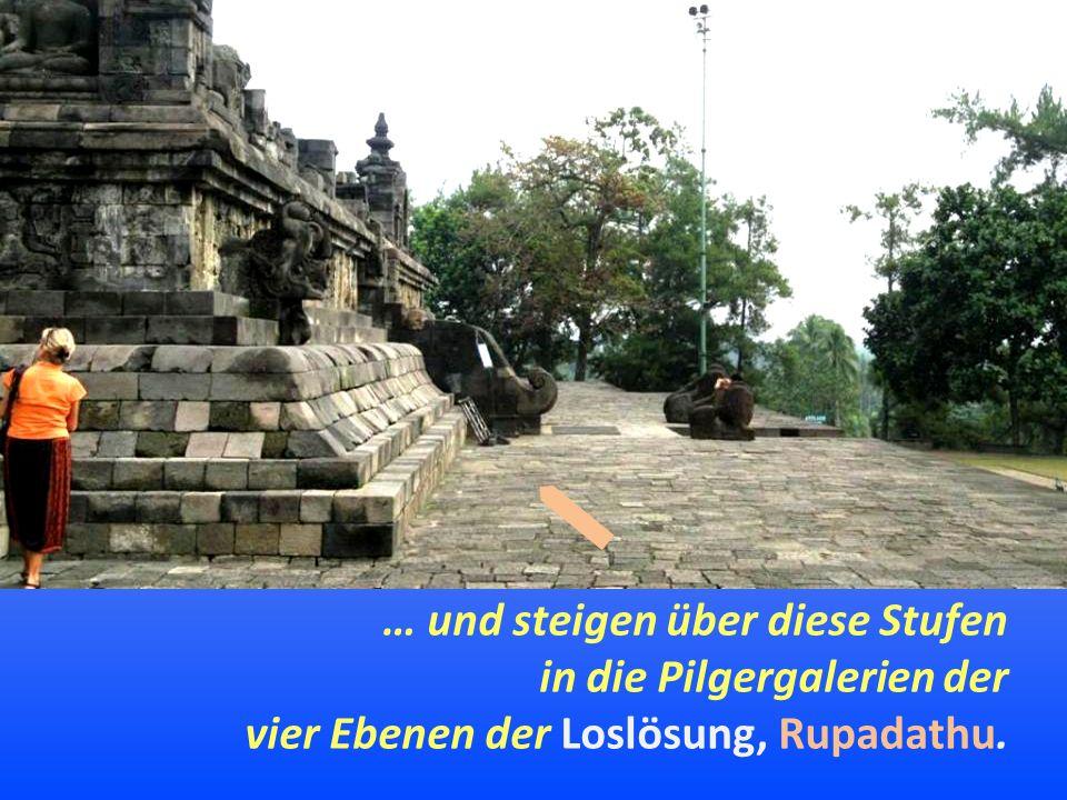 … und steigen über diese Stufen in die Pilgergalerien der vier Ebenen der Loslösung, Rupadathu.