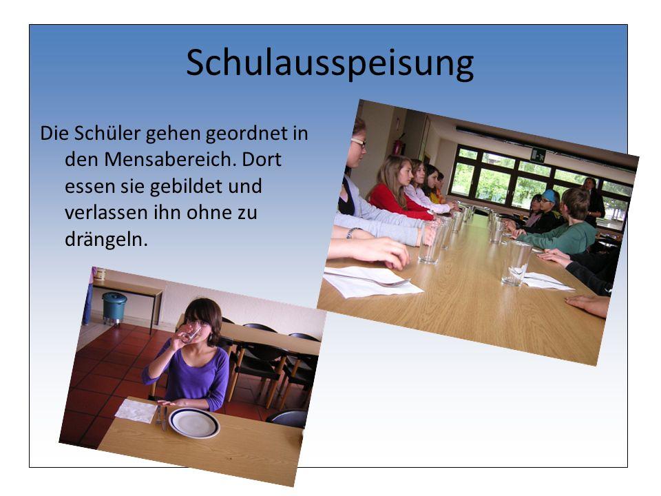 Schulausspeisung Die Schüler gehen geordnet in den Mensabereich.