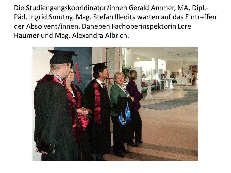 Die Studiengangskooridinator/innen Gerald Ammer, MA, Dipl.- Päd. Ingrid Smutny, Mag. Stefan Illedits warten auf das Eintreffen der Absolvent/innen. Da