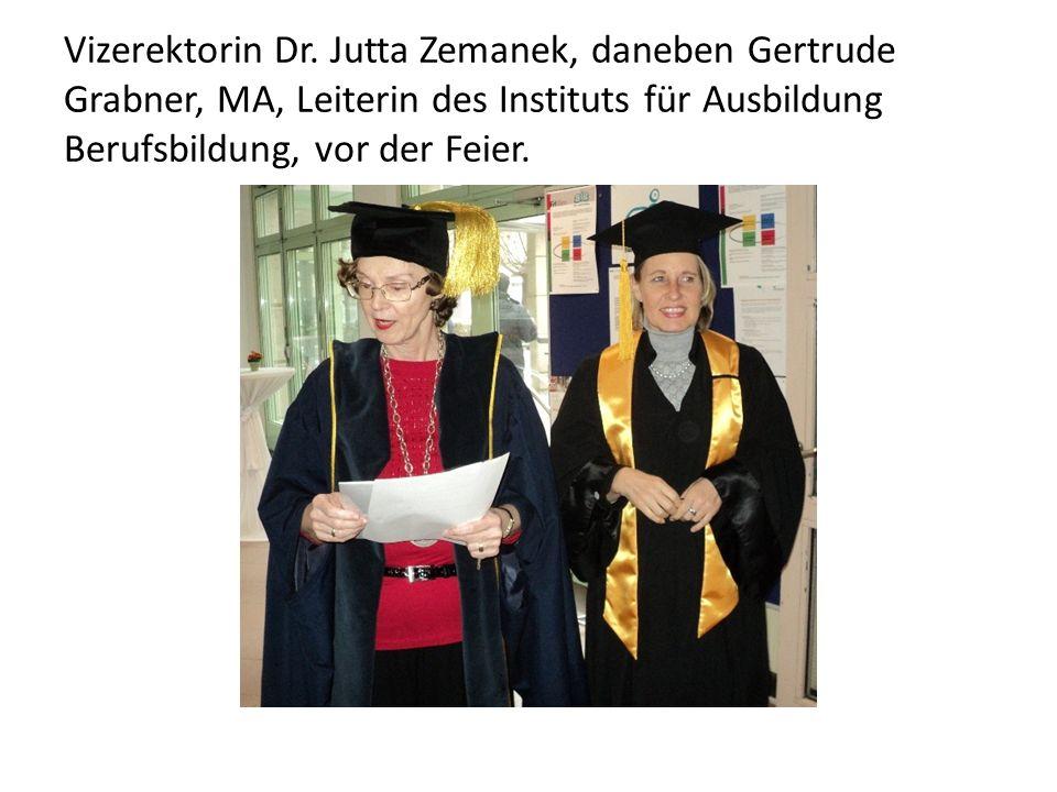 Vizerektorin Dr. Jutta Zemanek, daneben Gertrude Grabner, MA, Leiterin des Instituts für Ausbildung Berufsbildung, vor der Feier.