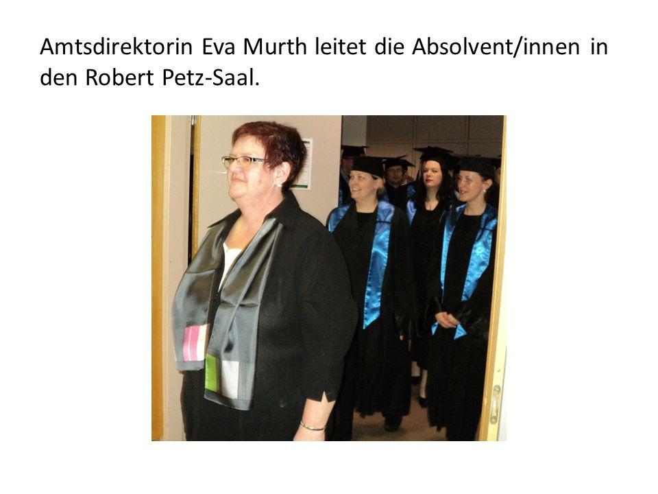Amtsdirektorin Eva Murth leitet die Absolvent/innen in den Robert Petz-Saal.