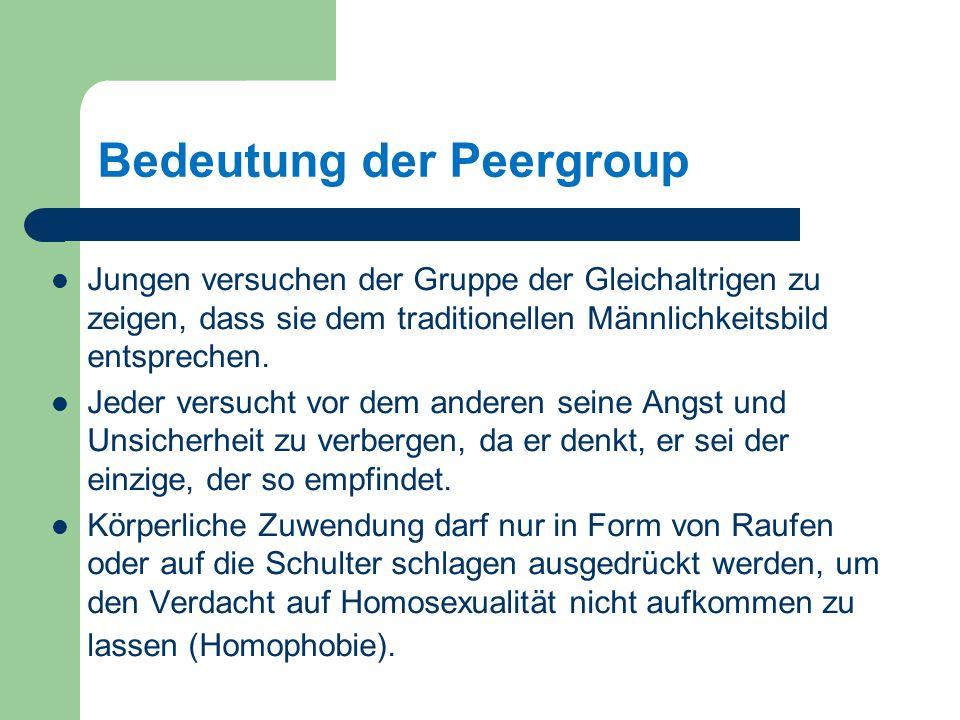 Bedeutung der Peergroup Jungen versuchen der Gruppe der Gleichaltrigen zu zeigen, dass sie dem traditionellen Männlichkeitsbild entsprechen.