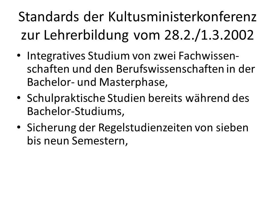 Standards der Kultusministerkonferenz zur Lehrerbildung vom 28.2./1.3.2002 Differenzierung des Studiums und der Abschlüsse nach Lehrämtern, Sicherung der staatlichen Verantwortung für die inhaltlichen Anforderungen der Lehrer- ausbildung durch staatliche Abschluss- prüfungen oder gleichwertige Maßnahmen.