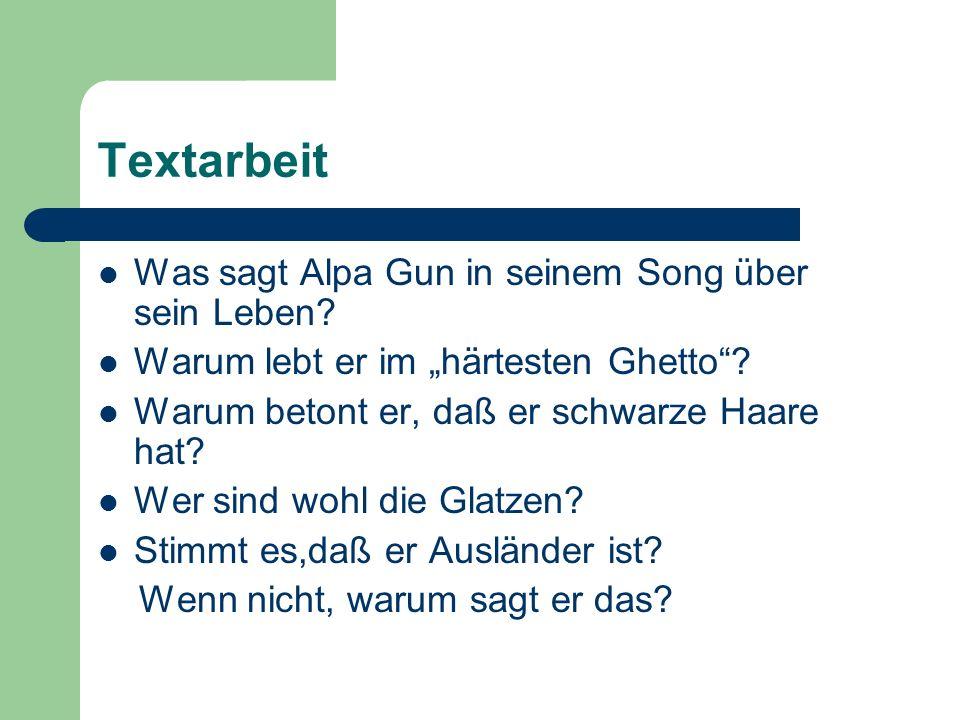 Textarbeit Was sagt Alpa Gun in seinem Song über sein Leben? Warum lebt er im härtesten Ghetto? Warum betont er, daß er schwarze Haare hat? Wer sind w