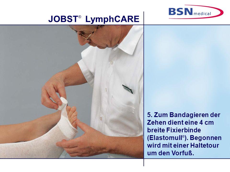 JOBST ® LymphCARE 5. Zum Bandagieren der Zehen dient eine 4 cm breite Fixierbinde (Elastomull ® ). Begonnen wird mit einer Haltetour um den Vorfuß.