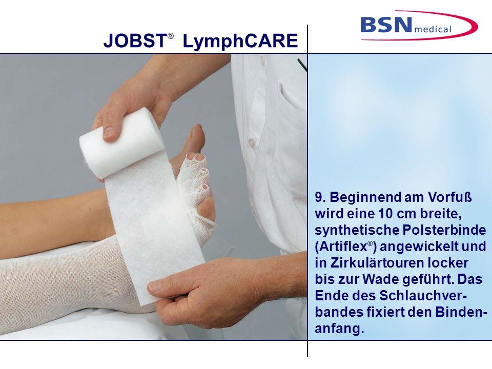 JOBST ® LymphCARE 9. Beginnend am Vorfuß wird eine 10 cm breite, synthetische Polsterbinde (Artiflex ® ) angewickelt und in Zirkulärtouren locker bis