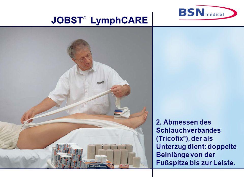 JOBST ® LymphCARE 2. Abmessen des Schlauchverbandes (Tricofix ® ), der als Unterzug dient: doppelte Beinlänge von der Fußspitze bis zur Leiste.