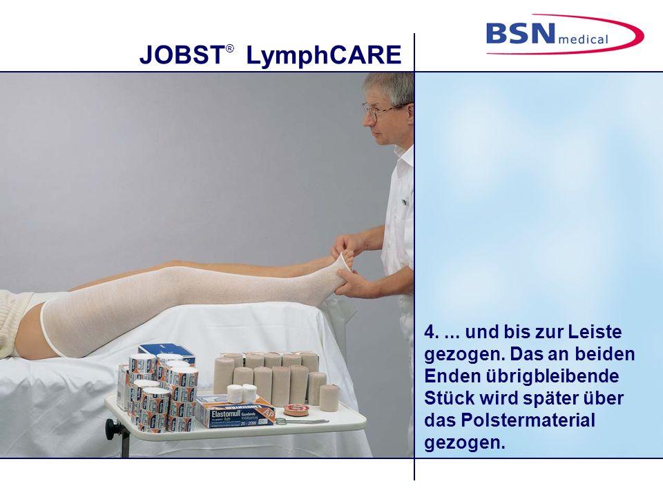 JOBST ® LymphCARE 4.... und bis zur Leiste gezogen. Das an beiden Enden übrigbleibende Stück wird später über das Polstermaterial gezogen.