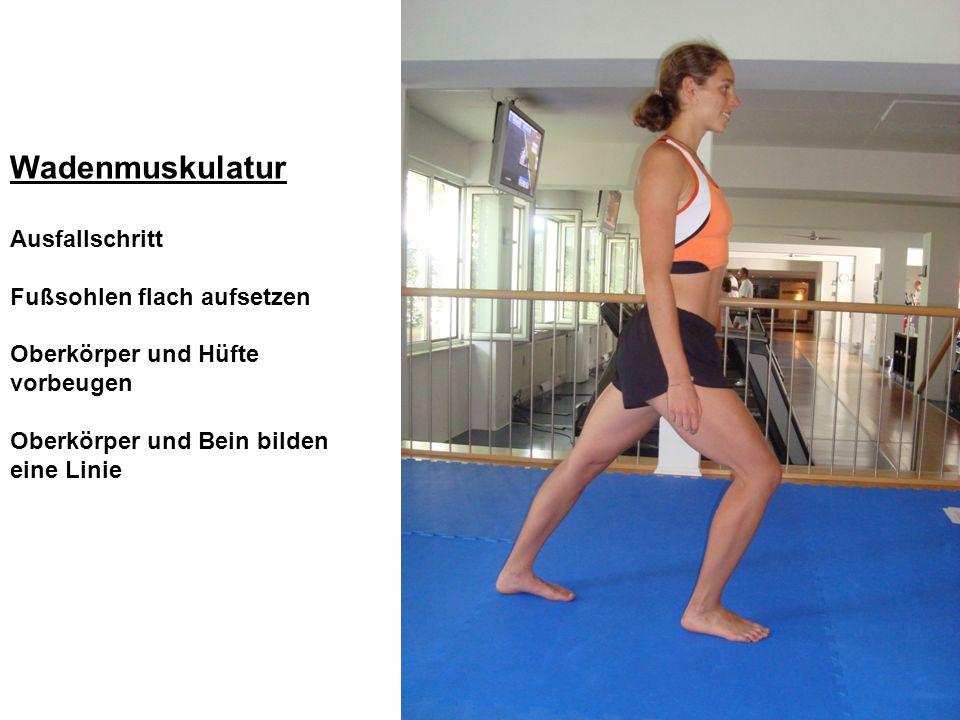 Wadenmuskulatur Ausfallschritt Fußsohlen flach aufsetzen Oberkörper und Hüfte vorbeugen Oberkörper und Bein bilden eine Linie