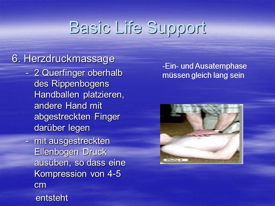 6. Herzdruckmassage -2 Querfinger oberhalb des Rippenbogens Handballen platzieren, andere Hand mit abgestreckten Finger darüber legen -mit ausgestreck