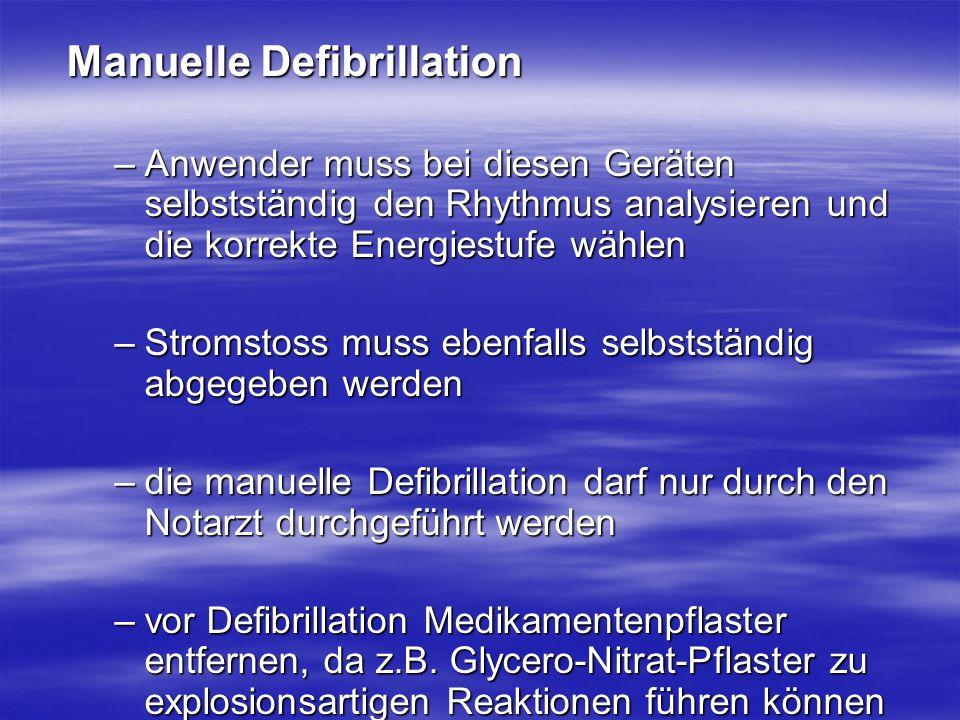 Manuelle Defibrillation –Anwender muss bei diesen Geräten selbstständig den Rhythmus analysieren und die korrekte Energiestufe wählen –Stromstoss muss