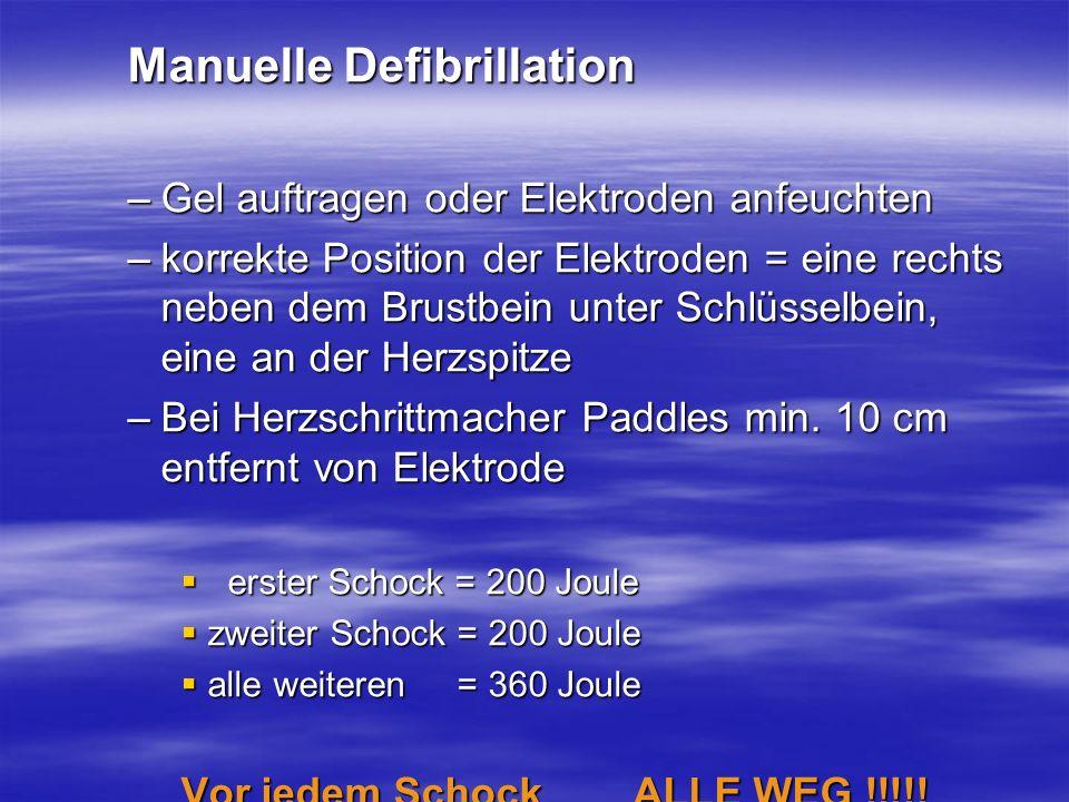 Manuelle Defibrillation –Gel auftragen oder Elektroden anfeuchten –korrekte Position der Elektroden = eine rechts neben dem Brustbein unter Schlüsselb