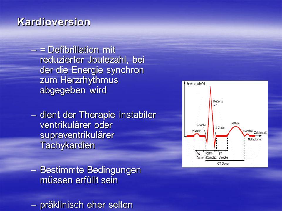 Kardioversion –= Defibrillation mit reduzierter Joulezahl, bei der die Energie synchron zum Herzrhythmus abgegeben wird –dient der Therapie instabiler