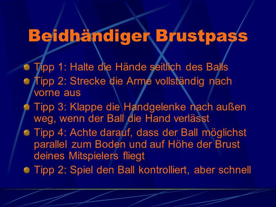 Beidhändiger Brustpass Tipp 1: Halte die Hände seitlich des Balls Tipp 2: Strecke die Arme vollständig nach vorne aus Tipp 3: Klappe die Handgelenke n