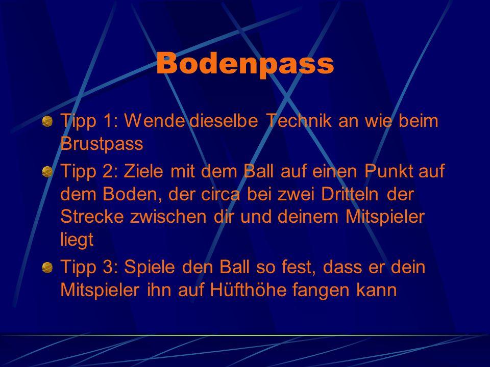 Bodenpass Tipp 1: Wende dieselbe Technik an wie beim Brustpass Tipp 2: Ziele mit dem Ball auf einen Punkt auf dem Boden, der circa bei zwei Dritteln d