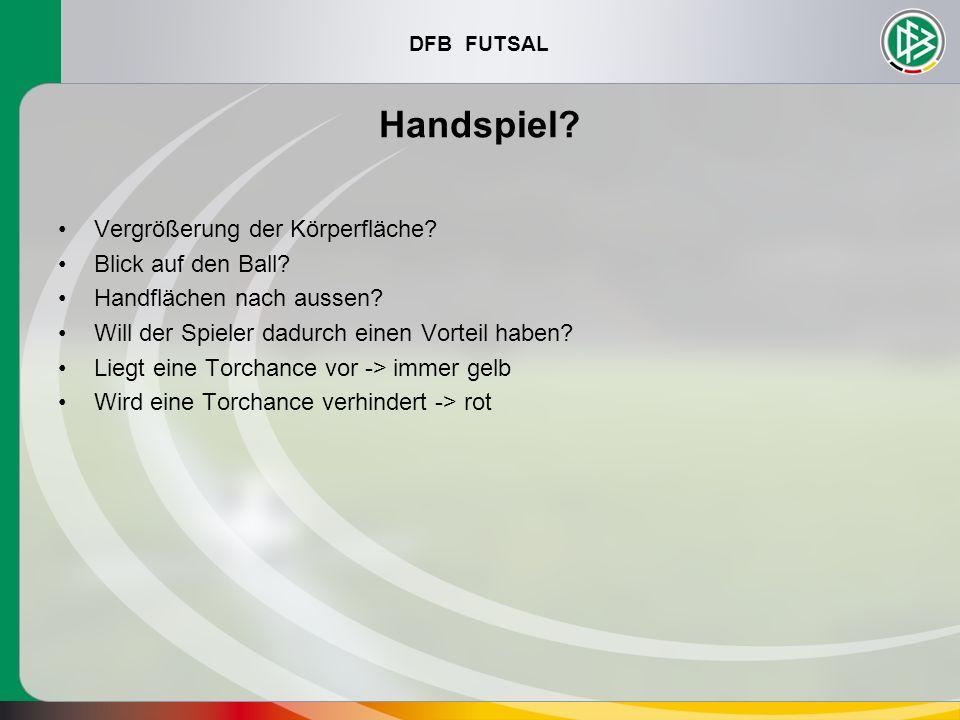 DFB FUTSAL Handspiel? Vergrößerung der Körperfläche? Blick auf den Ball? Handflächen nach aussen? Will der Spieler dadurch einen Vorteil haben? Liegt