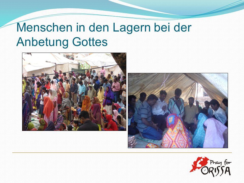 Menschen in den Lagern bei der Anbetung Gottes