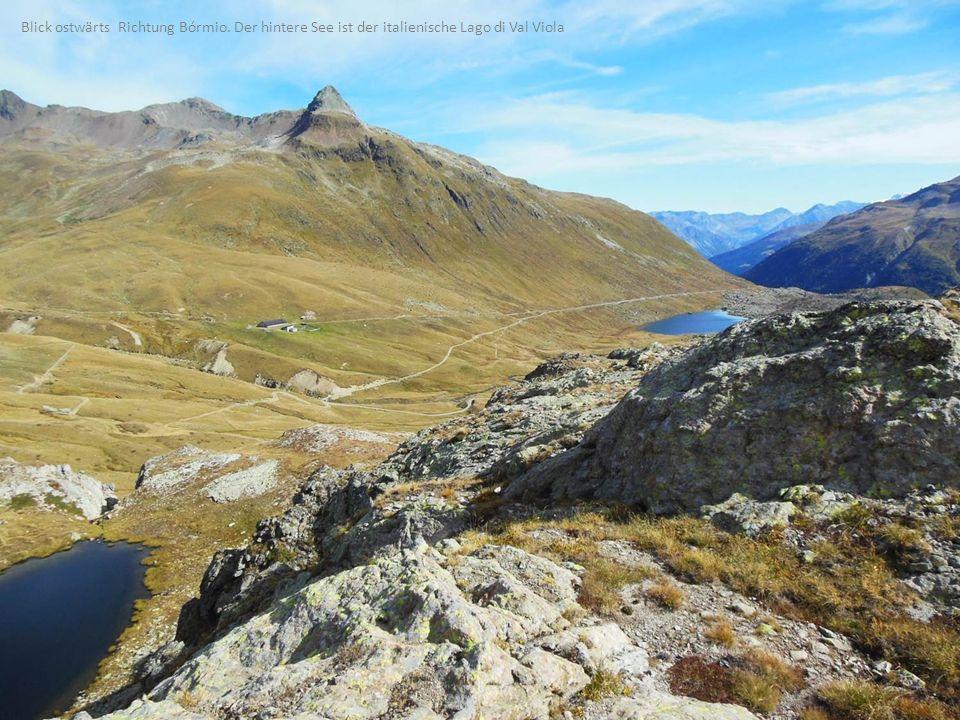 Blick ostwärts Richtung Bórmio. Der hintere See ist der italienische Lago di Val Viola