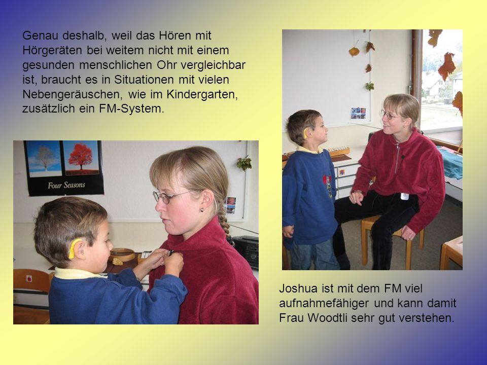 Wie so ein FM-System funktioniert, erfahren die Kinder, indem Joshua mit Susanne und zwei anderen Kindern in die Garderobe geht und ein Kind im Kreis bei Frau Woodtli einen Namen ins Mikrofon des FM-Senders sagen darf.