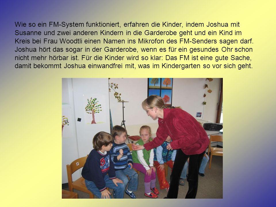 Wie so ein FM-System funktioniert, erfahren die Kinder, indem Joshua mit Susanne und zwei anderen Kindern in die Garderobe geht und ein Kind im Kreis