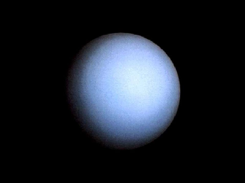 Der Durchmesser des Uranus ist über vier Mal so groß wie der Durchmesser der Erde. Der Planet umkreist die Sonne ein Mal in 84 Jahren. Seine Achse ist