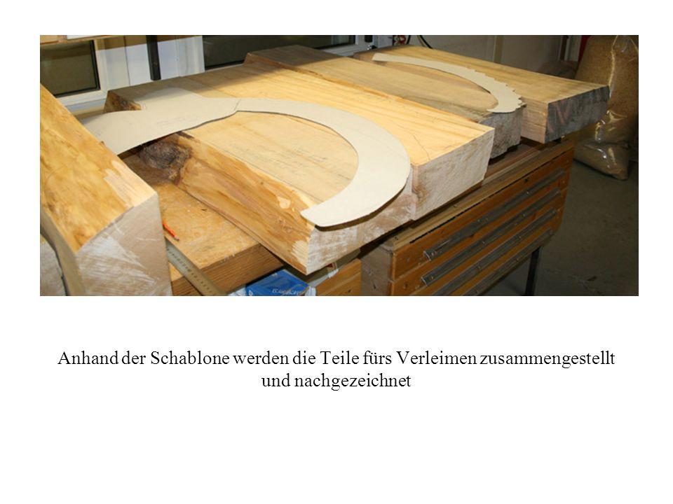 Anhand der Schablone werden die Teile fürs Verleimen zusammengestellt und nachgezeichnet