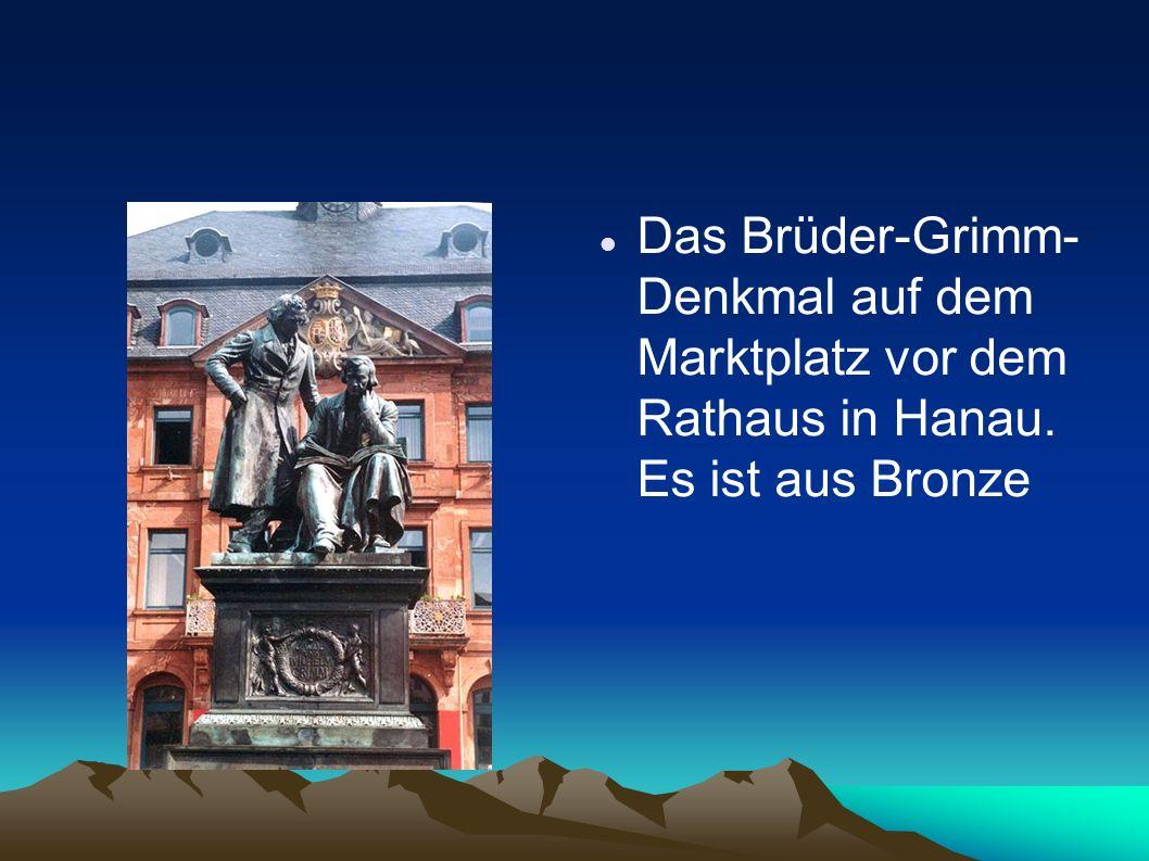 Das Brüder-Grimm- Denkmal auf dem Marktplatz vor dem Rathaus in Hanau. Es ist aus Bronze