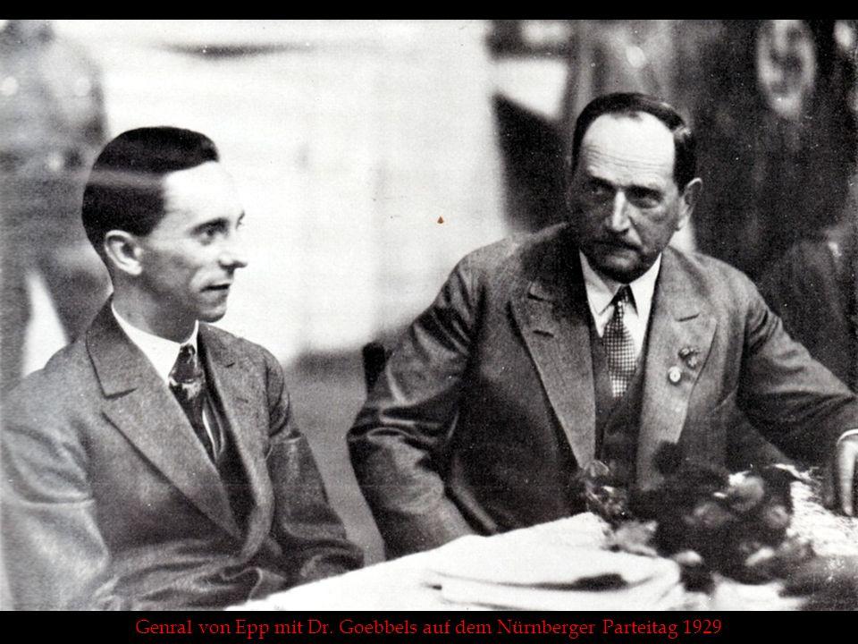 Hitler und Epp vor dem Gefallenen-Ehrenmal in Nürnberg (1929)