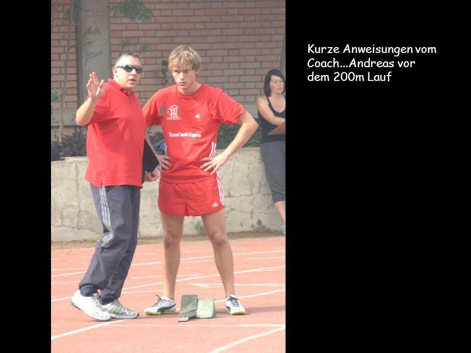 Kurze Anweisungen vom Coach...Andreas vor dem 200m Lauf