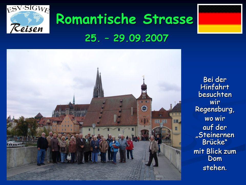 Romantische Strasse Bei der Hinfahrt besuchten wir Regensburg, wo wir auf der Steinernen Brücke mit Blick zum Dom stehen.