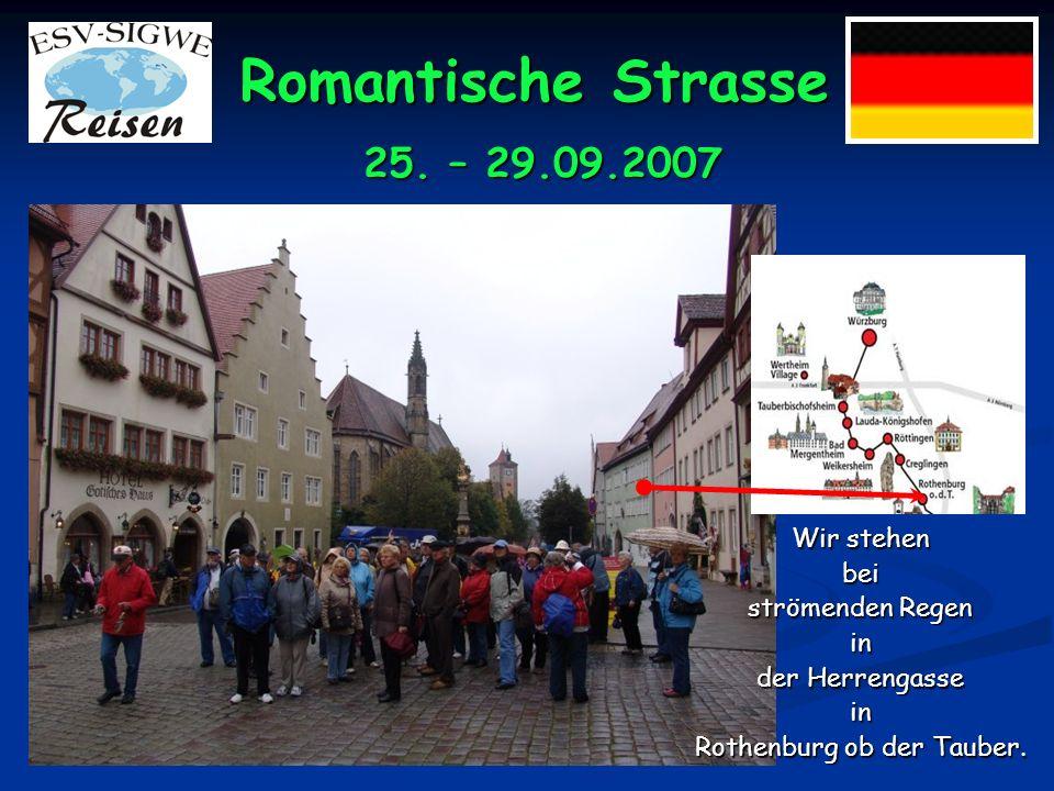 Romantische Strasse 25. – 29.09.2007 DieReiseteilnehmer vor dem Renaissanceschloss Weikersheim und