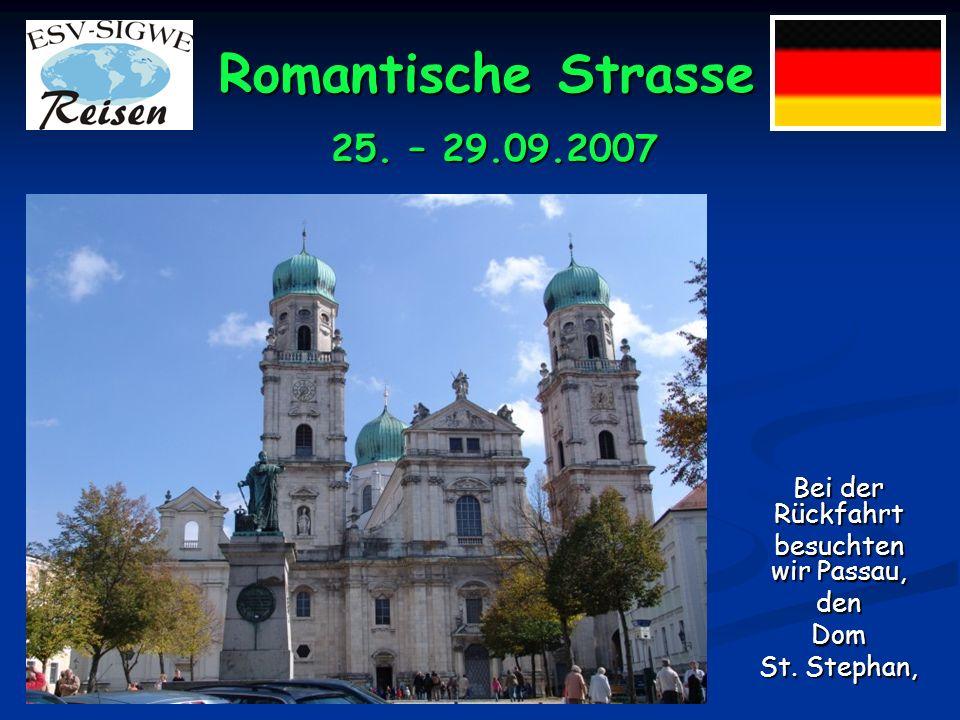 Romantische Strasse wounsereGruppeim inneren der Kirche dem Reiseleiter Ferdinand zuhört.