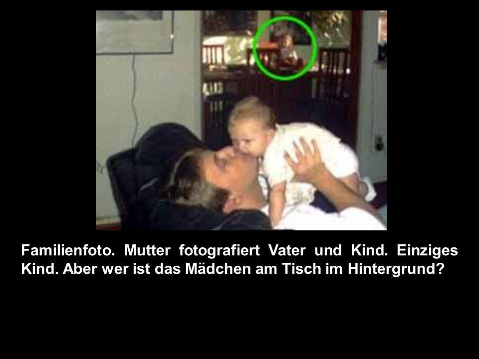 Familienfoto.Mutter fotografiert Vater und Kind. Einziges Kind.