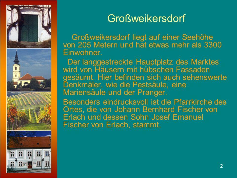 2 Großweikersdorf liegt auf einer Seehöhe von 205 Metern und hat etwas mehr als 3300 Einwohner. Der langgestreckte Hauptplatz des Marktes wird von Häu