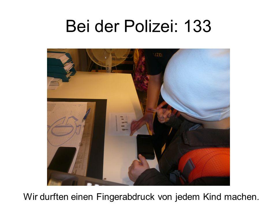 Bei der Polizei: 133 Wir durften einen Fingerabdruck von jedem Kind machen.
