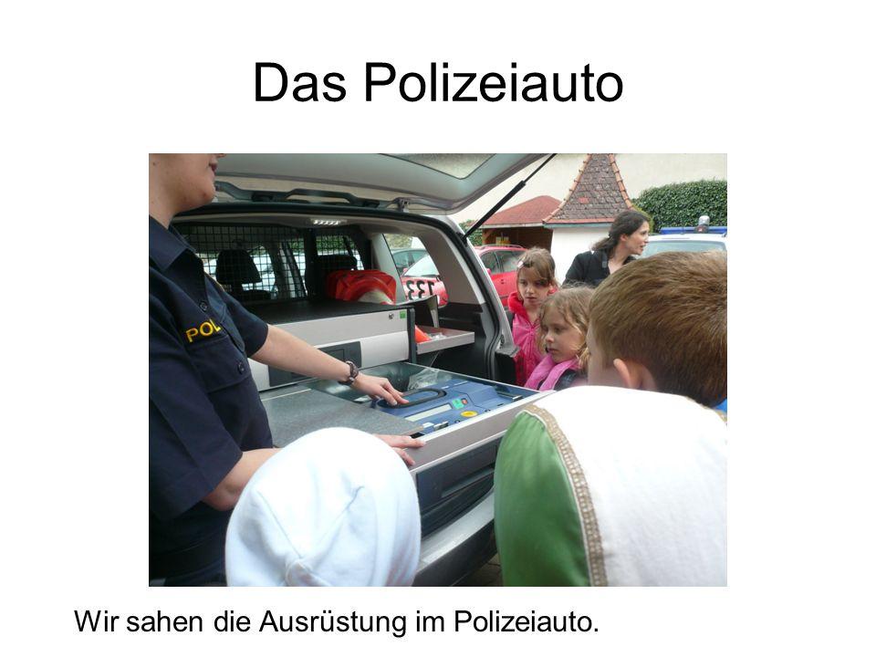 Das Polizeiauto Wir sahen die Ausrüstung im Polizeiauto.