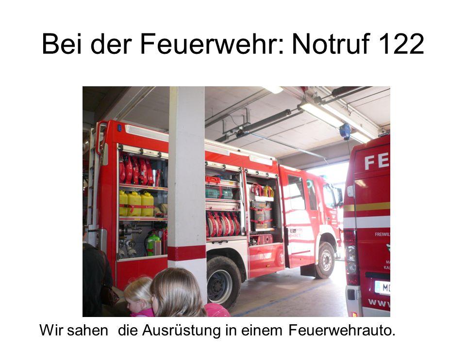Bei der Feuerwehr: Notruf 122 Wir sahen die Ausrüstung in einem Feuerwehrauto.
