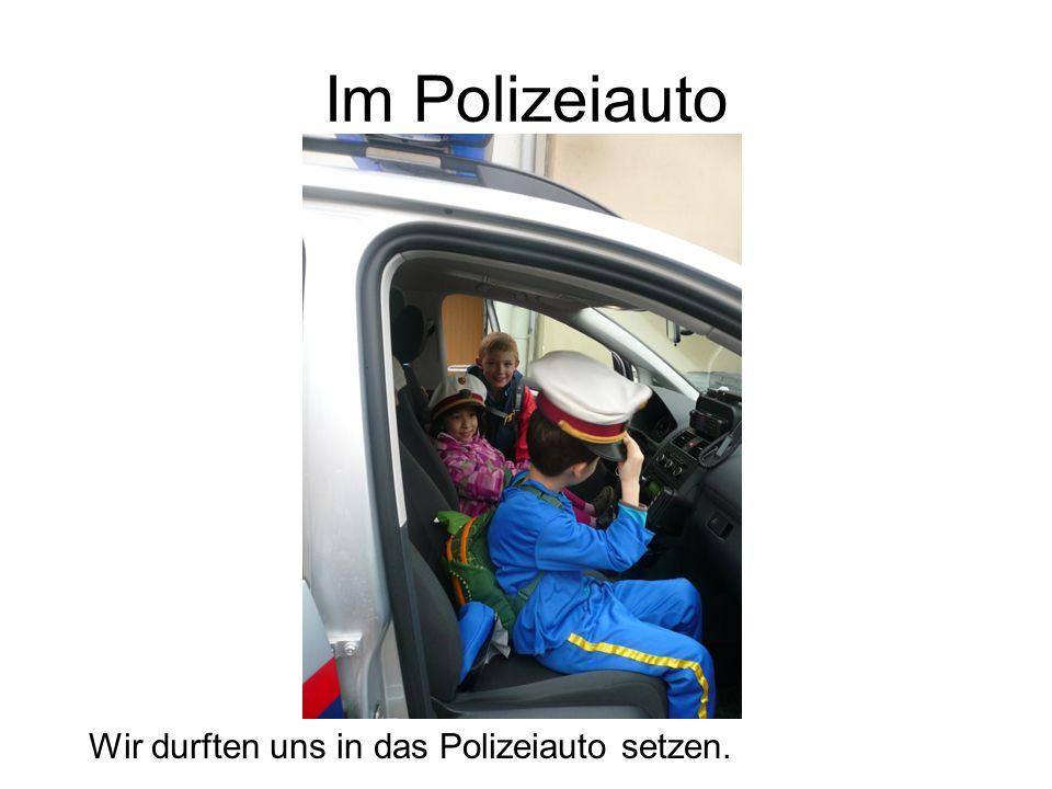 Im Polizeiauto Wir durften uns in das Polizeiauto setzen.