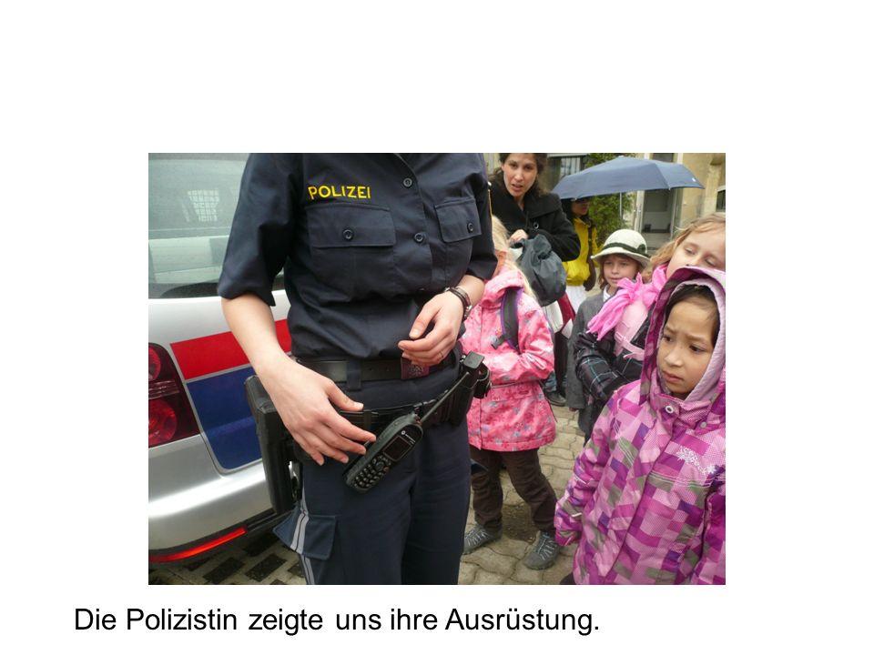 Die Polizistin zeigte uns ihre Ausrüstung.