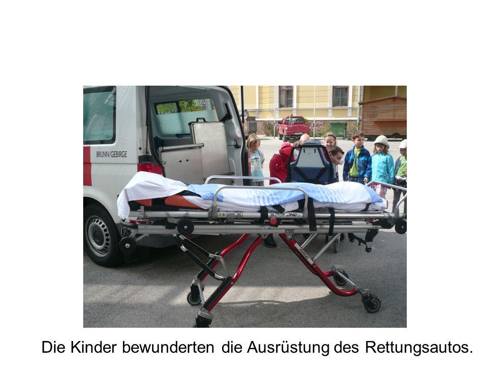 Die Kinder bewunderten die Ausrüstung des Rettungsautos.