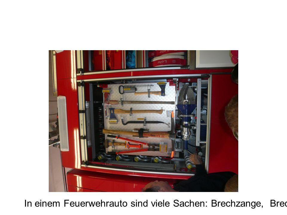 In einem Feuerwehrauto sind viele Sachen: Brechzange, Brecheisen, …..