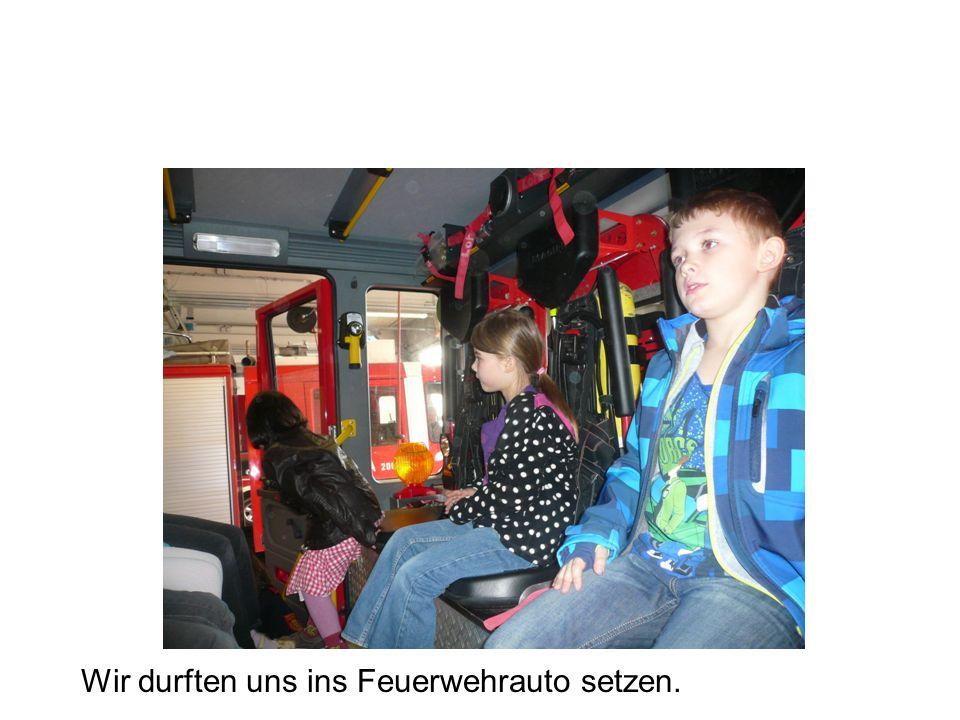 Wir durften uns ins Feuerwehrauto setzen.