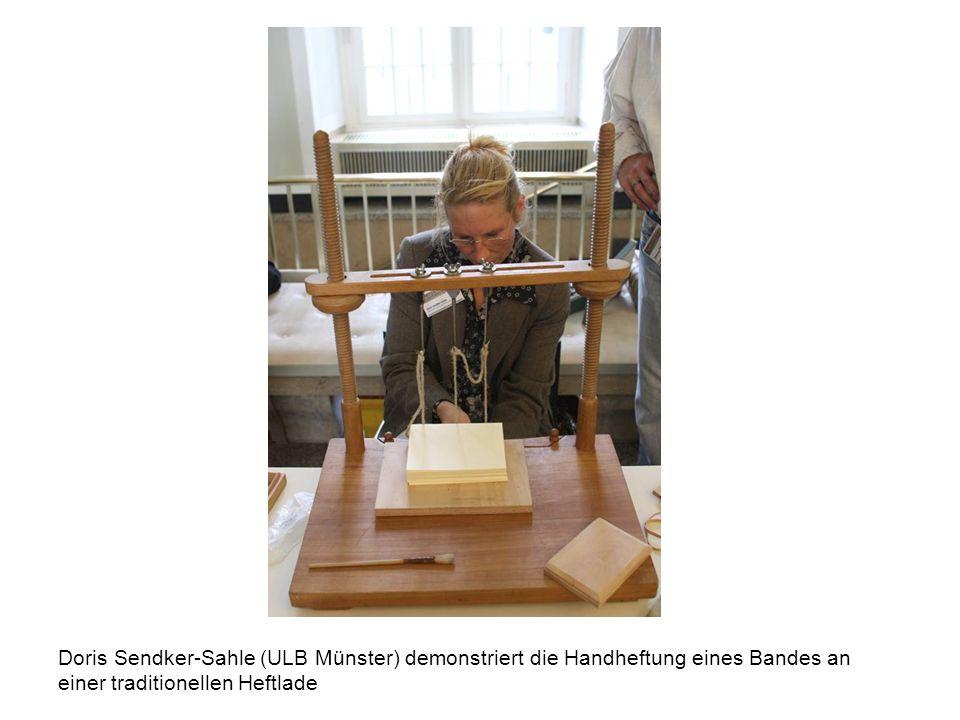 Doris Sendker-Sahle (ULB Münster) demonstriert die Handheftung eines Bandes an einer traditionellen Heftlade