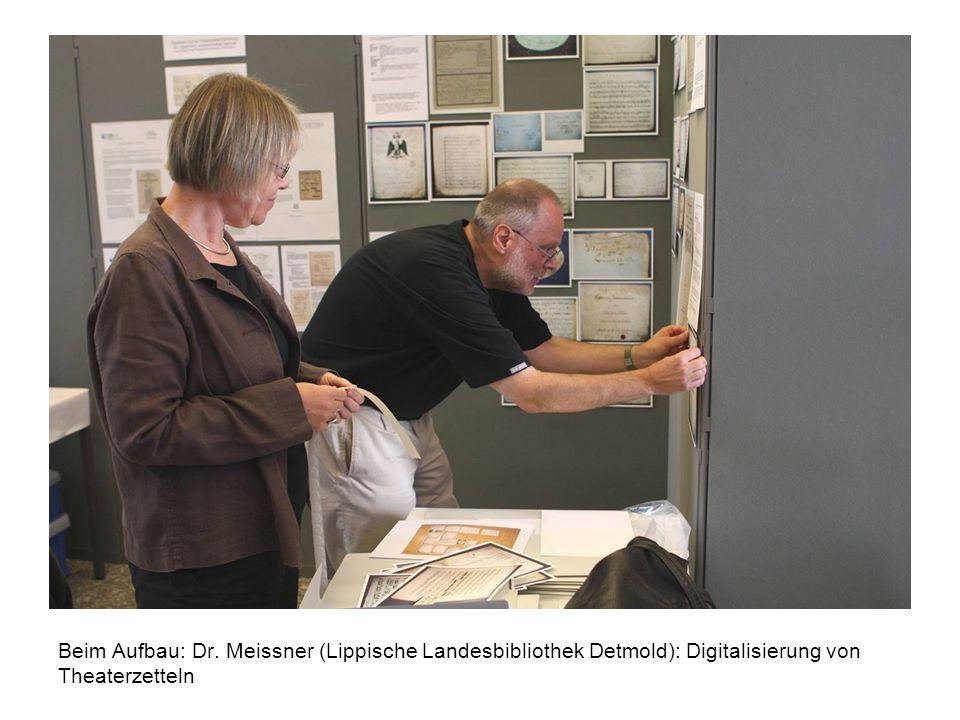 Beim Aufbau: Dr. Meissner (Lippische Landesbibliothek Detmold): Digitalisierung von Theaterzetteln